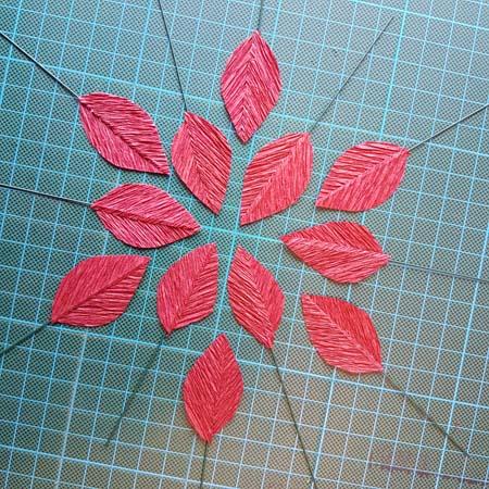 herfstbladeren van crêpepapier diy tutorial alle blaadjes gelijmd