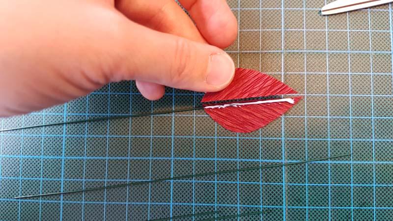 herfstbladeren van crêpepapier diy tutorial bladhelften lijmen