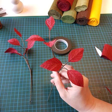 herfstbladeren van crêpepapier diy tutorial tak klaar