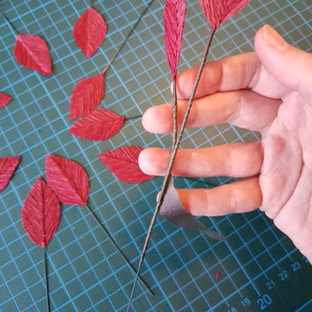 herfstbladeren van crêpepapier diy tutorial tweede tak bevestigen