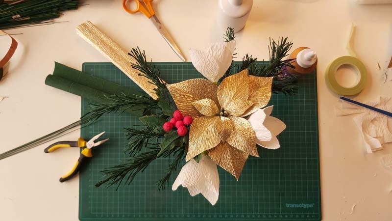 kerstworkshop papieren bloemen kerststukje kerstster helleborus dennentak hulst