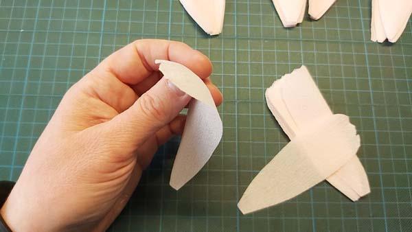 pioenroos blaadjes bollen met duim en wijsvinger