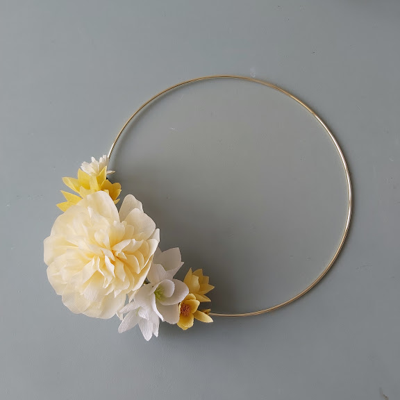 krans bloemen van crêpepapier